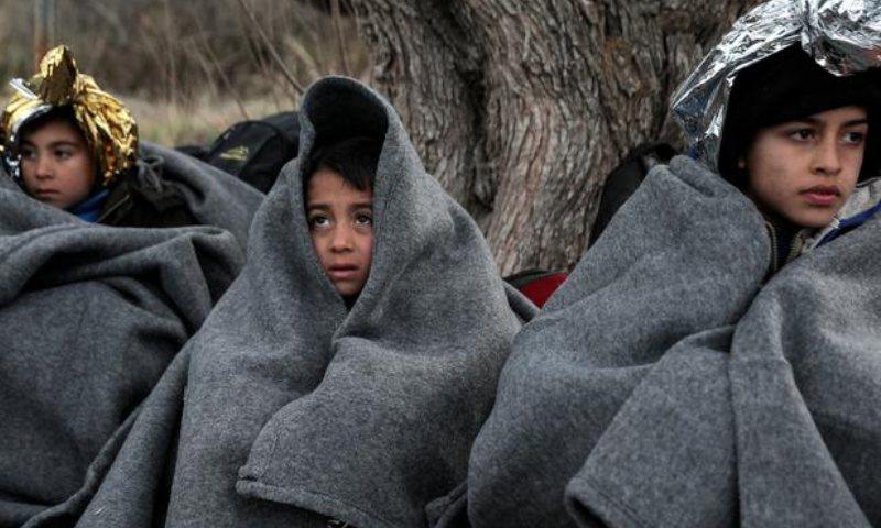 أطفال لاجئون في أحد مخيمات الجزر اليونانية (رويترز)