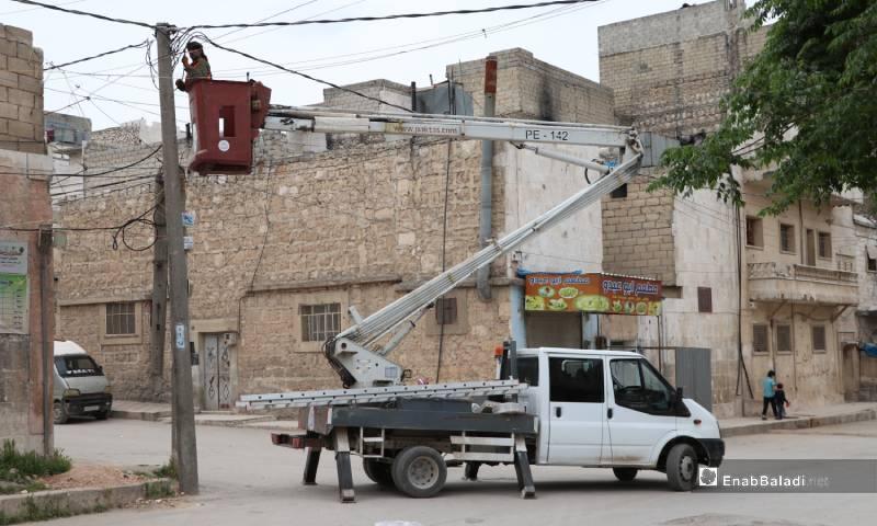 عامل يصلح التمديدات الكهربائية في مدينة الباب 4 من أيار 2020 (عنب بلدي)