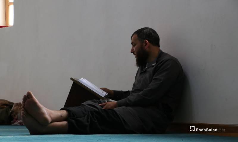 أداء العبادات بمصلى النساء في جامع مدينة الباب الكبير مع استمرار إغلاق المساجد للوقاية من كورونا 4 من أيار 2020 (عنب بلدي)
