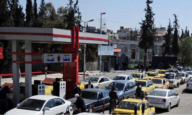 سيارات أمام محطة وقود في العاصمة السورية دمشق (رويترز)