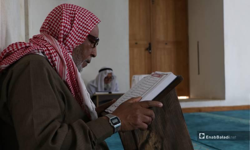 مسن يقرأ القرآن بمصلى النساء بجامع مدينة الباب الكبير 4 من أيار 2020 (عنب بلدي)
