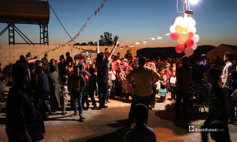 """أطفال يعيشون أجواء العيد في مخيم """"الأزرق"""" بالقرب من مدينة الباب 25 من أيار 2020 (عنب بلدي)"""