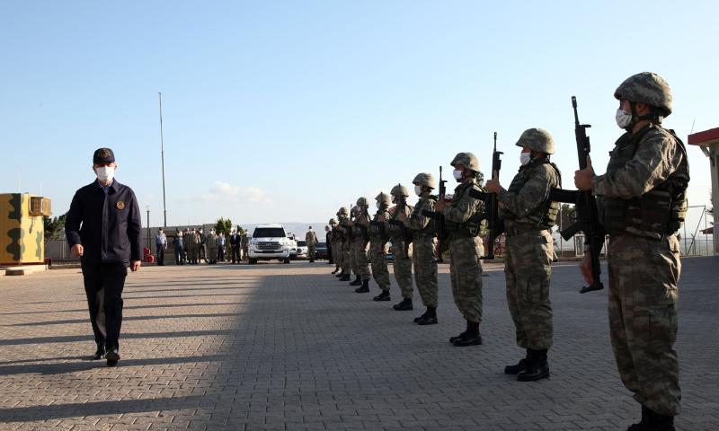 وزير الدفاع التركي، خلوصي أكار في جولة تفقدية على الحدود السورية التركية - 24 أيار 2020 (الأناضول)