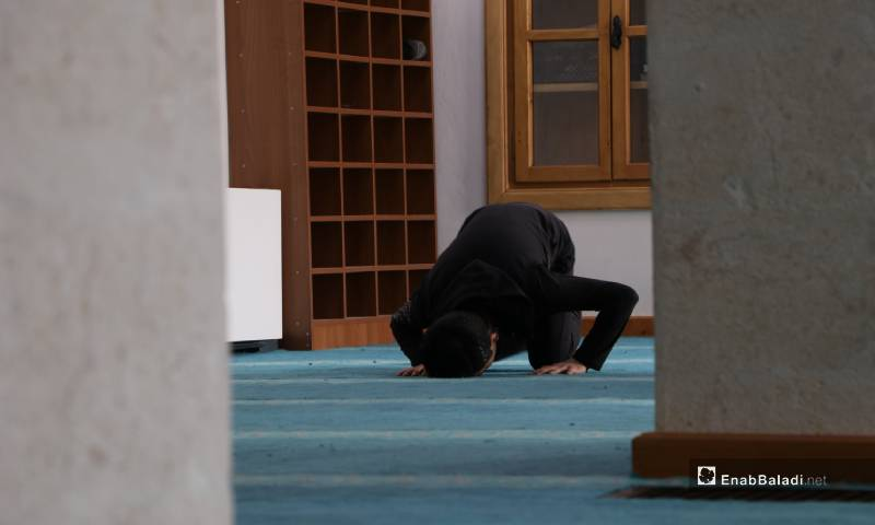 أداء الصلاة بمصلى النساء في جامع مدينة الباب الكبير مع استمرار إغلاق المساجد للوقاية من كورونا 4 من أيار 2020 (عنب بلدي)