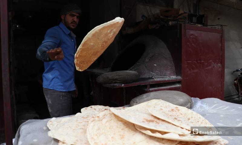 صناعة خبز التنور في شهر رمضان 4 من أيار 2020 (عنب بلدي)