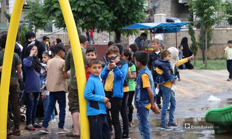 """أطفال يلعبون في حديقة """"الشعب"""" وسط مدينة الباب 26 من أيار 2020 (عنب بلدي)"""