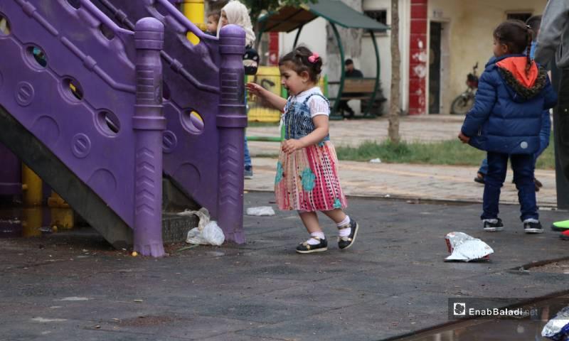 """طفلة تلعب في حديقة """"الشعب"""" وسط مدينة الباب 26 من أيار 2020 (عنب بلدي)"""