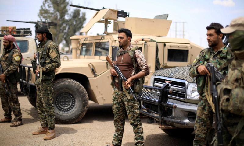 عناصر من قوات بجوار عربات عسكرية أمريكية في مدينة دير الزور - 1 أيار 2019 (رويترز)