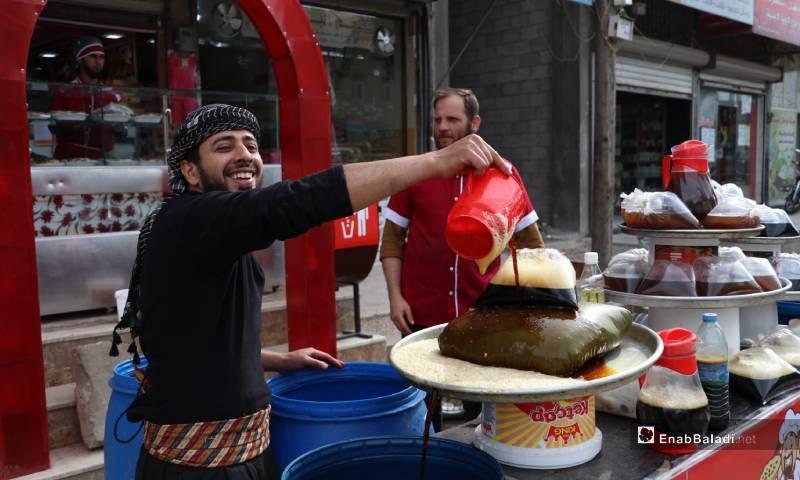 تحضير مشروب السوس في أسواق مدينة الباب 4 من أيار 2020 (عنب بلدي)