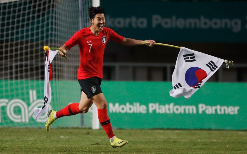 سون أثناء احتفاليته مع منتخب كوريا الجنوبية بالفوز على اليابان في أولمبيات 2018- (رويترز)