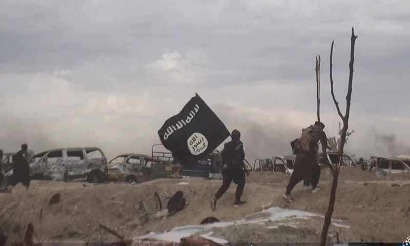 """مقاتلون من تنظيم """"الدولة"""" في منطقة الباغوز أثناء معارك مع """"قسد"""" (ناشر نيوز)"""