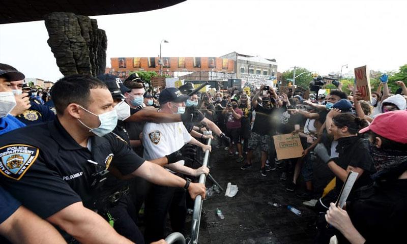 مظاهرات في الولايات المتحدة الأمريكية احتجاجًا على مقتل جورج فلويد خنقًا 30 من أيار 2020 (سي ان بي سي)