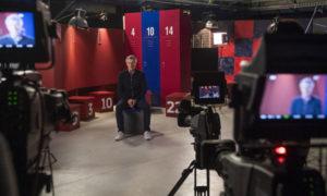 أثناء مقابلة مع المدرب كيكي سيتين في استديوهات برشلونة (موندو ديبورتيفو)