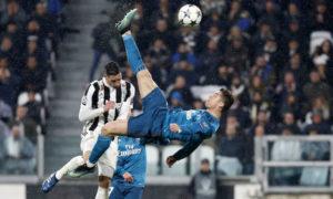 كريستيانو أثناء تسديده الكرة في دوري أبطال أوروبا رفقة ريال مدريد 2018 (سبورت)