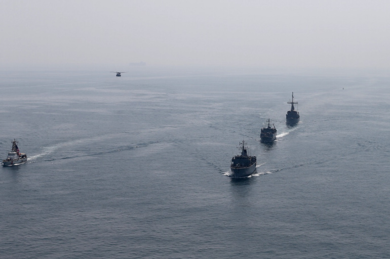 سفن عسكرية أميركية رفقة أخرى بريطانية خلال مناورات مشتركة في مياه الخليج (رويترز)