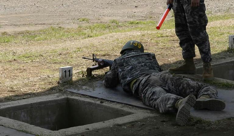 صورة للكوري الجنوبي سون هيونغ مين، مهاجم نادي توتنهام الإنجليزي لكرة القدم، بلباسه العسكري في المعسكر التدريبي في جزيرة جيجو الجنوبية- 8 من أيار (فرانس برس)