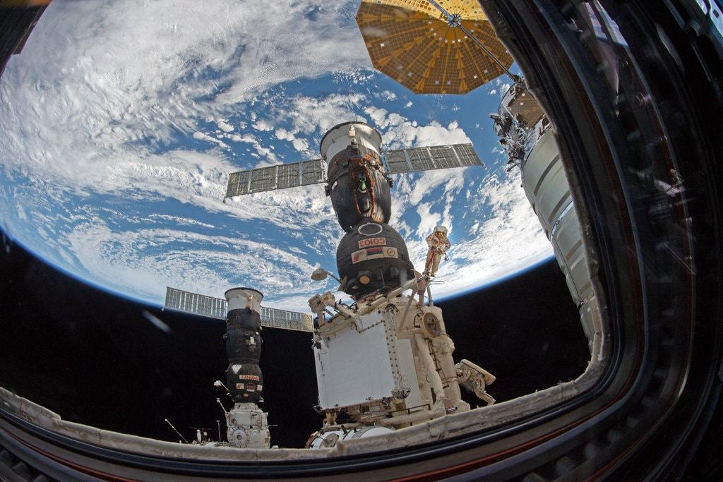 """سير في الفضاء خارج محطة """"الفضاء الدولية""""- كانون الأول 2018 (NASA)"""