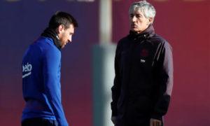 ليونيل ميسي ومدرب برشلونة كيكي سيتيين خلال تدريبات النادي في خوان جامبر- (Reuters)