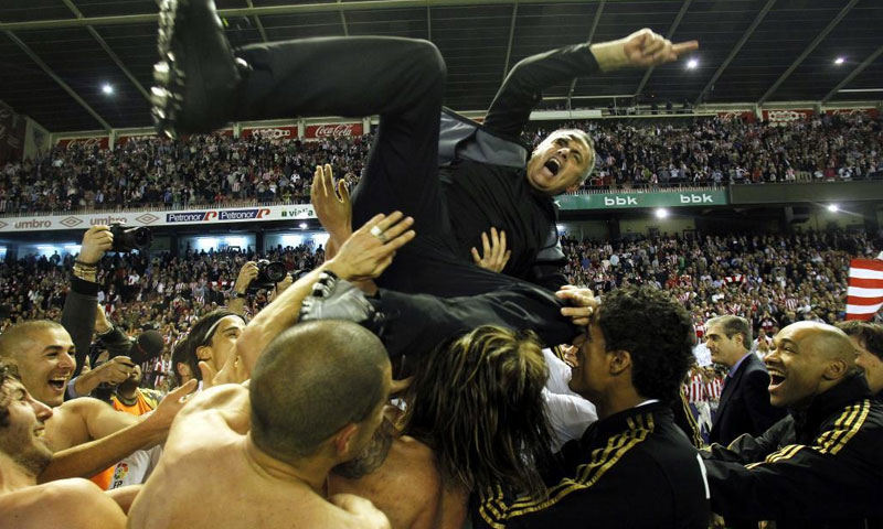 احتفال لاعبي ريال مدريد مع مورينيو بعد تحقيق الدوري 2-5-2012 (ماركا)