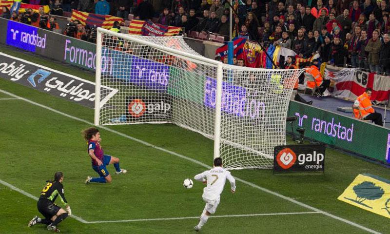 كريستيانو رونالدو لحظة تسجيله الهدف في مرمى برشلونة 2012 (ماركا)