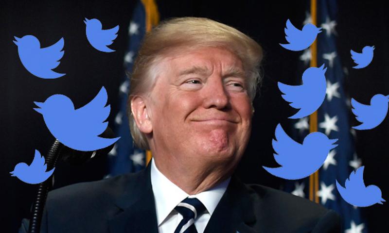 """الرئيس الأمريكي دونالد ترامب وحوله شعار موقع """"تويتر""""- 26 من أيار (Getty Images)"""