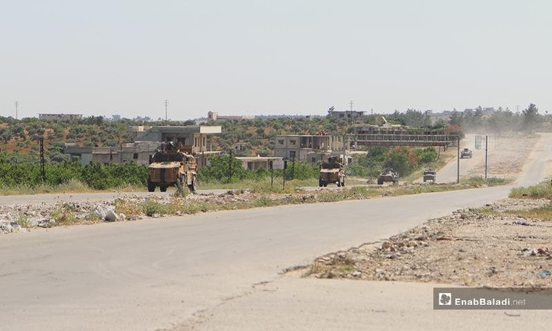 عربات عسكرية على الطريق الدولي حلب اللاذقية خلال تسيير الدورية المشتركة الحادية عشر - 14 أيار 2020 (عنب بلدي/ يوسف غريبي)