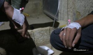 قثاطر وريدية في قسم الإسعاف لمرضى حالات تسمم نتيجة تناول طعام فاسد مقدم من أحد الجمعيات الخيرية في مخيم رعاية الطفولة شمال إدلب - 11 أيار 2020 (عنب بلدي)