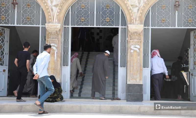 توافد الأهالي إلى مسجد الزهراء بمدينة الباب لأداء أول صلاة جمعة بعد انتهاء الحظر المفروض منعًا لانتشار فيروس كورونا - 29 أيار 2020 (عنب بلدي/ عاصم الملحم)