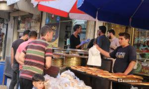 مدنيون يشترون المعروك، أحد الأطعمة الشعبية والمعروفة في رمضان، من أحد محلات مدينة مارع بريف حلب - 20 أيار 2020 (عنب بلدي/ عبد السلام مجعان)