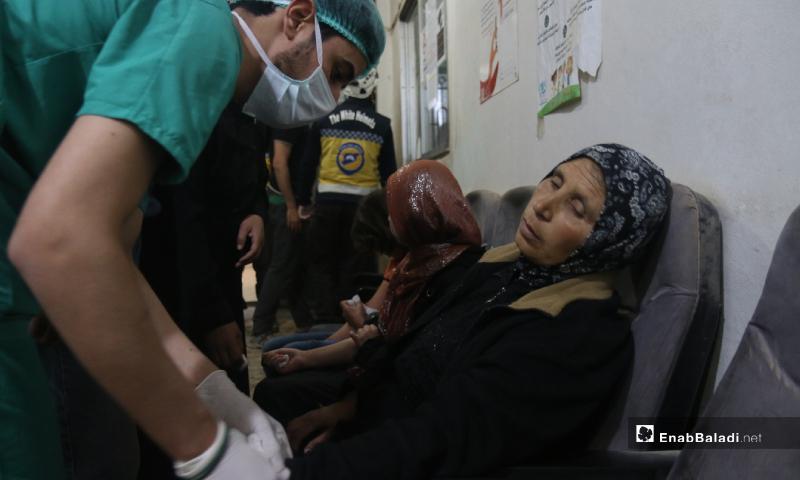 طبيب يدخل قثطرة وريدية في يد مريضة بحالة تسمم نتيجة تناول طعام فاسد مقدم من أحد الجمعيات الخيرية في مخيم رعاية الطفولة شمال إدلب - 11 أيار 2020 (عنب بلدي)
