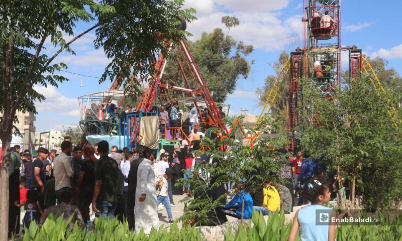 لعب الأطفال في إحدى الألعاب بمدينة الملاهي بمحافظة الرقة خلال عيد الفطر - 26 أيار 2020 (عنب بلدي)
