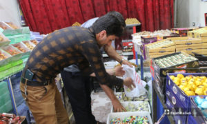 الأهالي خلال إقبالهم لشراء حلويات عيد الفطر في أحد محلات مدينة مارع بريف حلب - 20 أيار 2020 (عنب بلدي/ عبد السلام مجعان)