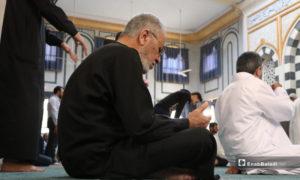 رجل مسن يؤدي صلاة الجمعة في مسجد الزهراء بمدينة الباب بعد انتهاء إجراءاء منع تفشي فيروس كورونا - 29 أيار 2020 (عنب بلدي/ عاصم الملحم)