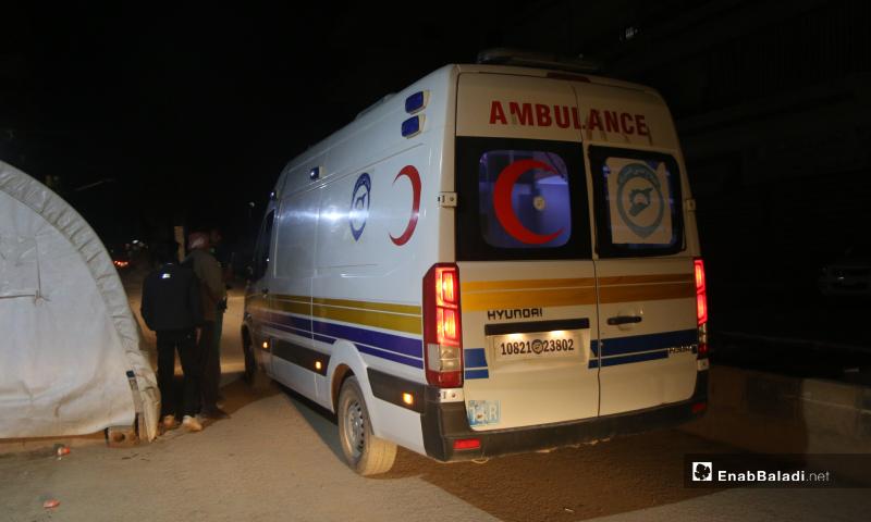 سيارة إسعاف نقلت مرضى حالات تسمم نتيجة تناول طعام فاسد مقدم من أحد الجمعيات الخيرية في مخيم رعاية الطفولة شمال إدلب - 11 أيار 2020 (عنب بلدي)