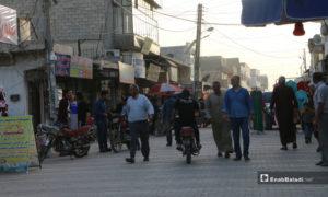 مدنيون يشترون حاجياتهم في أواخر أيام رمضان بسوق مارع شمالي حلب - 20 أ]ار 2020 (عنب بلدي/ عبد السلام مجعان)