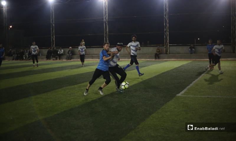 لاعبان يحاولان السيطرة على الكرة في المباراة النهائية لدوري نجوم الشمال بين فريقي دير حسان وعقربات في قاح بإدلب - 3 أيار 2020 (عنب بلدي)