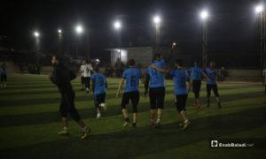 لاعبو عقربات يحتفلون بفوزهم بالمباراة النهائية لدوري نجوم الشمال بين فريقي عقربات ودير حسان في إدلب بملعب قاح - 3 أيار 2020 (عنب بلدي)
