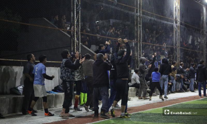 فرحة الكادر التدريبي والجماهير بتسجيل هدف في المباراة النهائية لدوري نجوم الشمال بين فريقي عقربات ودير حسان في إدلب بملعب قاح - 3 أيار 2020 (عنب بلدي)