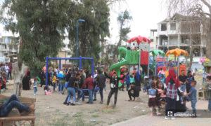أطفال يلعبون في إحدى حدائق محافظة الرقة شمال شرق سوريا خلال عيد الفطر - 26 أيار 2020 (عنب بلدي)