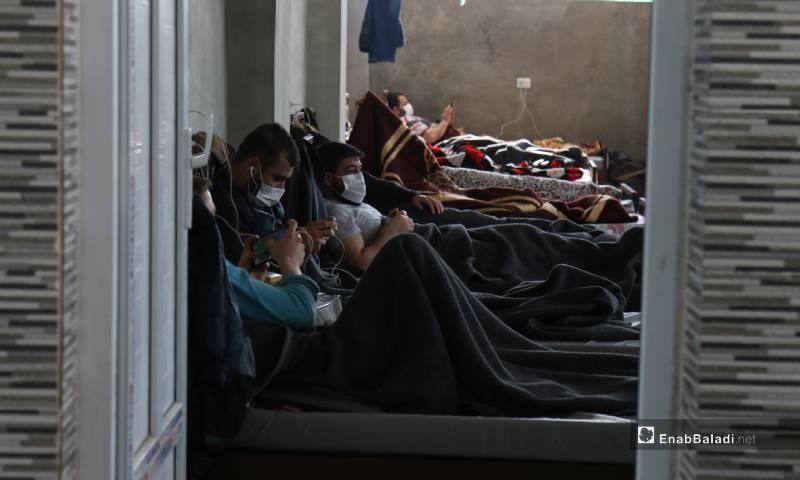 أشخاص يخضعون للحجر الصحي في مركز العزل التابع لوزارة الصحة في الحكومة المؤقتة 4 من أيار 2020 (عنب بلدي)