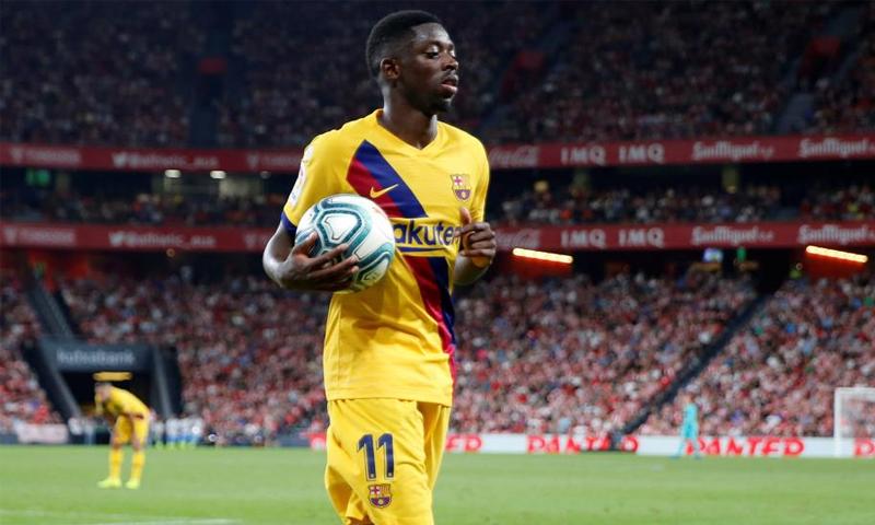 لاعب برشلونة عثماني ديمبلي يحمل الكرة بيده في مباراة فريقه- (Getty Images)