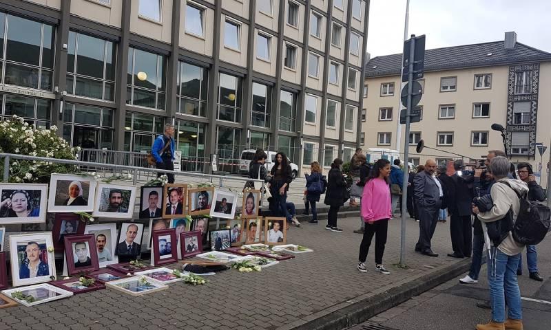 الحضور والصحفيون أمام المحكمة في الجلسة العاشرة من محاكمة أنور رسلان في ألمانيا 6 من حزيران 2020 - ( Alia Al Atassi)