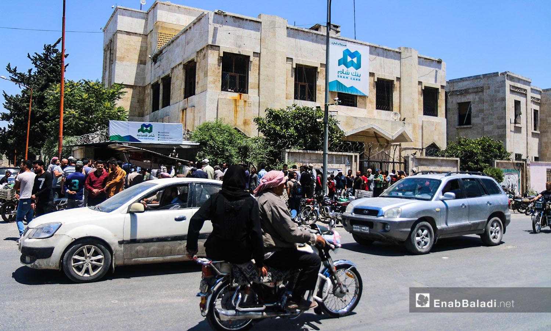 *مواطنون أمام بنك الشام في مدينة إدلب -18 حزيران 2020 (عنب بلدي / يوسف غريبي)
