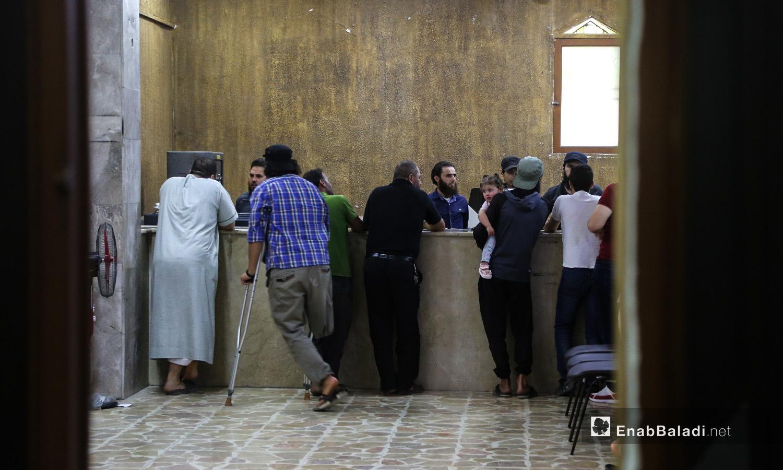 مواطنون داخل بنك الشام في مدينة إدلب- 18 حزيران 2020 (عنب بلدي/ يوسف غريبي)