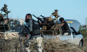 عناصر من الجيش السوري الحر خلال معركة ضد قوات النظام - 14 تشرين الثاني 2015 (AFP)