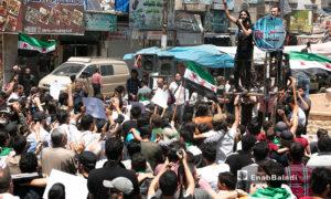 مظاهرة في إدلب للمطالبة بالعودة إلى المدن التي هجر منها أهلها - 5 من أيار 2020 (عنب بلدي)