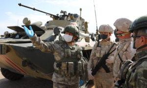 جنود روس وأتراك بجوار مدرعة عسكرية، خلال تسيير الدورية المشتركة الـ 14 - 2 حزيران 2020 (وزارة الدفاع التركية/ تويتر)