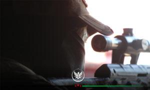 عنصر من الجبهة الوطنية يرصد بمنظار قناصة حربية - 16 حزيران 2020 (الجبهة الوطنية)