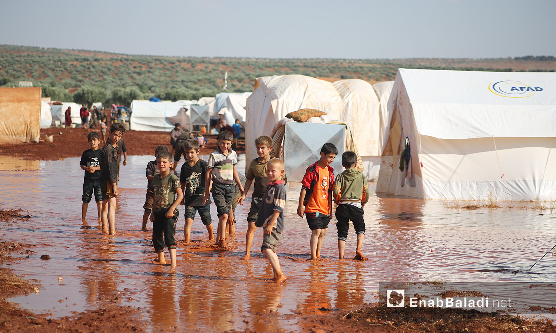 """أطفال مخيم """"سهل الخير"""" بعد العاصفة المطرية في كفربني بريف إدلب الشمالي - 19 حزيران 2020 (عنب بلدي/يوسف غريبي)"""
