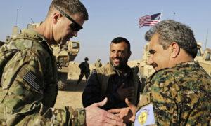 قيادي في التحالف الدولي يصافح قائد مجلس منبج العسكري، محمد أبو عديل (AP)